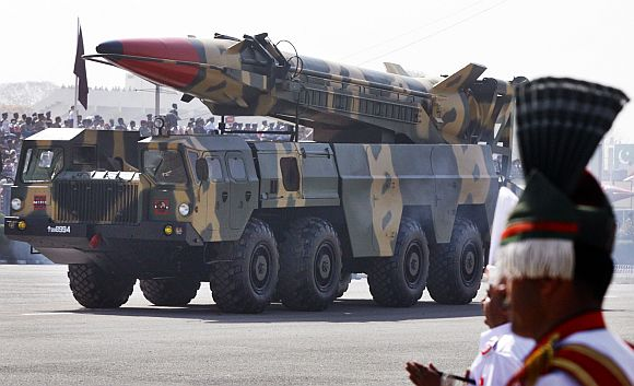 Nuclear-capable missile Shaheen II is driven past with its launcher during the Pakistan National Day parade in Islamabad March 23, 2007.    REUTERS/Mian Khursheed (PAKISTAN)